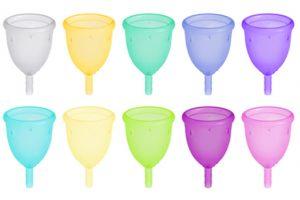 menstrationskopper i forskellige farver